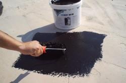 Нанесение мастики на бетонные полы